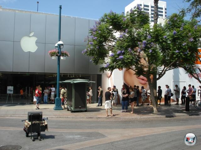 <b>Die Erkenntnis, dass...</b><br><br>...Apple eigentlich gar nichts zu machen braucht, um Massen vor ihre L�den pilgern zu lassen.