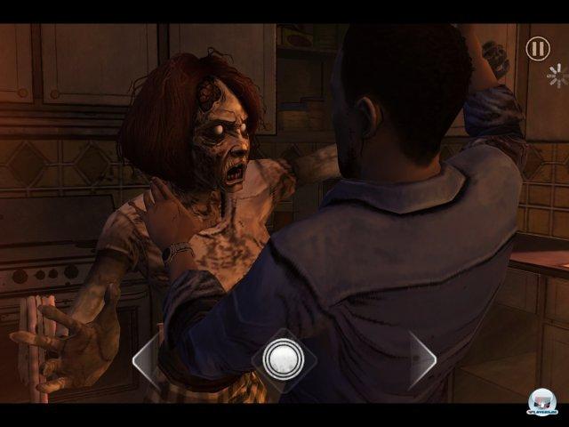 Man spielt Lee Everett, der sich einem kriechenden Zombie erwehren muss - auch unter iOS in Form eines Reaktionstests: Einfach mit dem Finger auf die angezeigten Kreise tippen.
