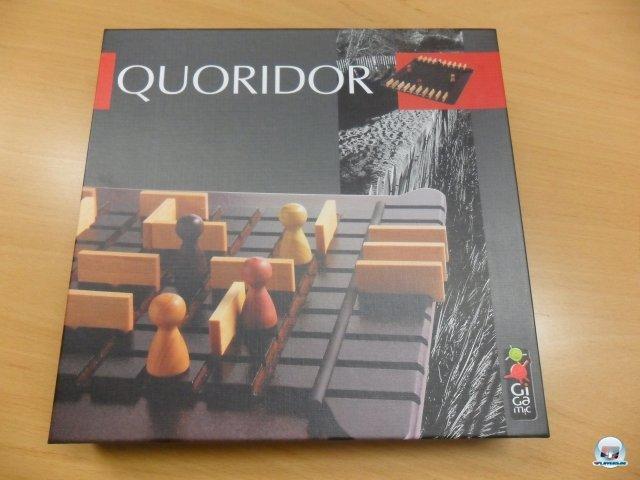 Quoridor ist bei Asmodee erschienen, für zwei sowie vier Spieler geeignet und kostet knapp 30 Euro. Neben dem hölzernen Spielbrett sind 20 Mauern, vier Figuren sowie die knappe Spielregel in zig Sprachen enthalten.