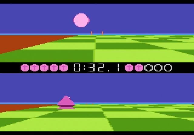 Ballblazer<br><br>Täuscht es oder waren die Entwickler von anno dazumal erfinderischer was das Erdenken neuer Sportarten anging? Wir sind jedenfalls schon wieder beim digitalen Urschleim: Ballblazer heißt der Vector-Kick, bei dem einmal mehr das… nennen wir es »Runde« ins Eckige muss. Statt Spielern stehen sich zwei schwebende Roboter gegenüber und versuchen, den Ball ins gegnerische Tor zu schieben – das tückischerweise nach jedem Treffer eine Nummer kleiner wird. Wer den Ball tatsächlich buchstäblich ins Tor schiebt, erhält allerdings nur ein lausiges Pünktchen. Zwei Zähler gibt es hingegen für einen Fernschuss und drei, wenn man einen »Neuer« über das halbe Spielfeld bolzt. Damals phänomenal: Alle Partien werden auf geteiltem Bildschirm ausgetragen; den Kontrahenten steuert entweder das Spiel oder ein Kumpel. Entwickelt wurde Ballblazer von Lucasfilm Games; jener Entwicklerstube, in der ein gewisser Tim Schafer einen Sohn namens Guybrush gebar. Nur wäre es damit beinahe nichts geworden, denn im telefonischen Bewerbungsgespräch wollte Schafer damit punkten, dass er ein großer Fan von Ballblaster wäre. »Ballblaster?«, runzelte das Telefon zurück, »Das Spiel heißt Ballblazer. Ballblaster war der Name der Schwarzkopie.«... 2120578
