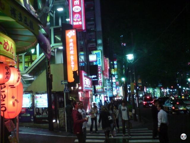 Ahhhh, Shibuya bei Nacht! Immer wieder ein Vergnügen, mit mehr Aktivität als im durchschnittlichen Bienenstock. Und die Menschen sehen weitaus besser gekleidet aus als in einem Bienenstock. Wir fühlen uns schrecklich underdressed. Und... äh... overfed. Aus irgendeinem Grund scheint es in Tokyo nämlich keine dicken Menschen zu geben. Werden die alle des Landes verwiesen? 2008363
