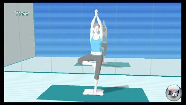 Genug gedaddelt - jetzt wird es ernst: Als nächstes bringen wir euch die Gruppe der Yoga-Disziplinen näher. Keine Angst, ihr müsst kein diplomierter Schlangenmensch sein, um hier zu bestehen. Ihr habt die Wahl zwischen einem weiblichen und einem unfreiwillig komisch synchronisierten männlichen Trainer, der euch die Übungen vormacht. Außerdem gibt er euch während des Trainings nützliche Tipps zu Atmung und Körperhaltung. Auf dem Screenshot zeigt euer Vorturner, wie die Figur »Baum« funktioniert. 1769183