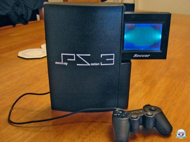 <b>Mini PolyStation 3</b><br><br>Noch ein trojanisches Pferd: Statt der DVD-Schublade steckt nur ein billiges LCD-Fußball-Spiel im fetten PS3-Gehäuse. 2376582