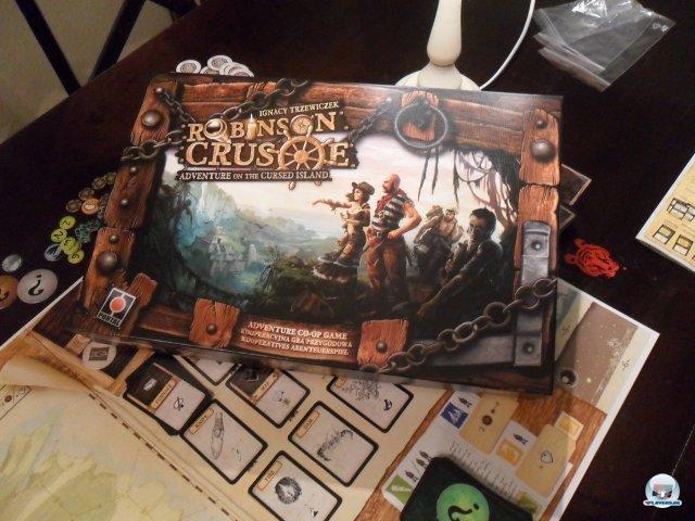 Schon das Artdesign macht neugierig auf Robinson Crusoe: Adventure of the Cursed Island. Und der Survival-Trip für 1 - 4 Spieler hält, was es verspricht! Auf der Spielemesse in Essen war es für 50 Euro erhältlich; die offizielle deutsche Version erscheint 2013 bei Pegasus.