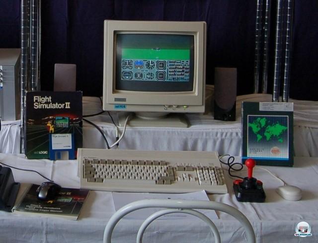 <b>Flight Simulator 2</b> <br><br> Auch Besitzer anderer Computer durften ein Jahr sp�ter wieder abheben: subLOGICS Teil 2 �hnelte der ersten Microsoft-Umsetzung. Bereits damals war es m�glich, neue Szenarien von Diskette ins Spiel einzubinden. Auf dem Foto sieht man die noch weiter verbesserte Amiga-Version, welche von www.german-airlines.de auf der 9. Deutschen Flugsimulatoren-Konferenz ausgestellt wurde. 2241052