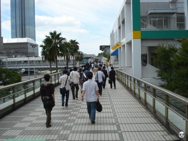 Nach all dem Spaß, dem Shoppen und dem ausführlichen Auskundschaften der Lokalitäten in Shibuya ist mittlerweile ärgerlicherweise auch Arbeit angesagt. Nach unnötig langer Fahrt (man wird sich ja wohl mal in der S-Bahn irren dürfen!) sind wir dann doch endlich in Kaihinmakuhari angekommen und traben im Eilschritt zu Messe. Falls jemand zwei schnaufende Deutsche gesehen hat: Das waren wir. 2010048