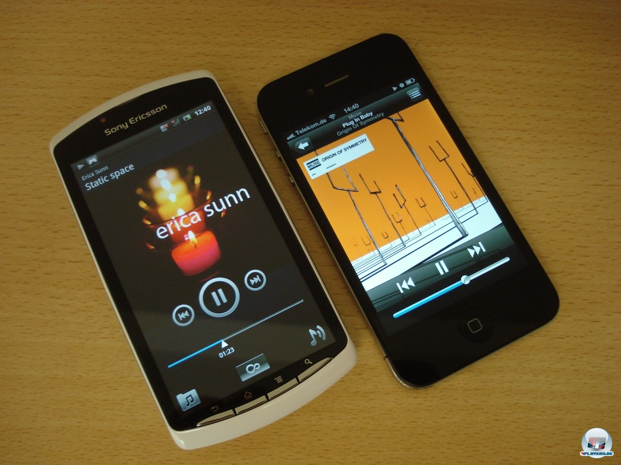 Da liegen sie friedvoll nebeneinander, Xperia Play und iPhone 4. Natürlich kann SonyEricssons Smartphone auch Musik und Videos wiedergeben, wobei es in der Wahl der Codecs etwas großzügiger ist als der Apple-Bruder.