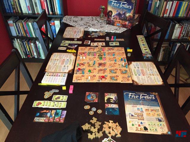 Five Tribes ist komplett auf deutsch bei Asmodee erschienen. es ist für zwei bis vier Spieler ausgelegt und kostet knapp vierzig Euro.