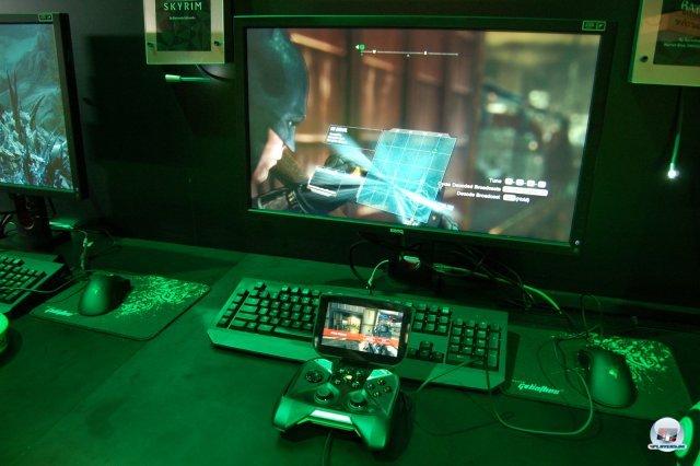 Per Knopfdruck kann man jederzeit zwischen einem Android-Titel und einem gestreamten PC-Spiel umschalten. Hier laufen Batman: Arkham City (zu sehen auf dem PC-Schirm) und Dead Trigger 2 (Android).