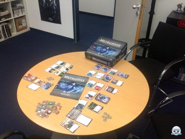Neben der 35-seitigen Anleitung sowie knapp hundert Pappmarkern sind sieben Kartendecks enthalten: Vier Fraktionen für Konzerne, drei für Runner sowie neutrale Karten.