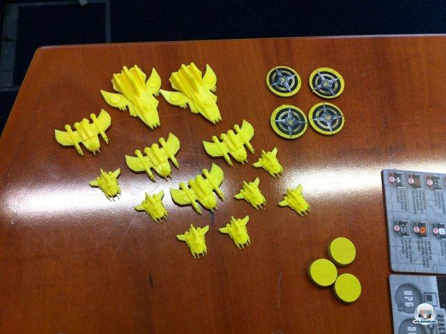 Die gelbe Flotte: Es gibt Aufklärer, Kreuzer, Schlachtschiffe und Sternenbasen (die runden Plättchen).