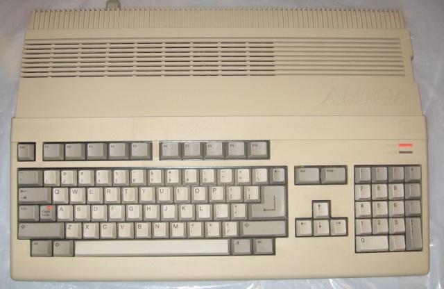 Der Durchbruch <br><br>  Mit dem Amiga 1000 hat man zwar ein erstes Ausrufezeichen gesetzt, doch der gro�e Durchbruch kam erst zwei Jahre sp�ter, als man mit dem Amiga 500 ein technisch leicht fortgeschritteneres und wesentlich kompakteres Modell auf den Markt brachte. Als geistiger Nachfolger des popul�ren C-64 erfreute sich das System einer breiten Unterst�tzung der Spielehersteller und User gleicherma�en. So entstanden im Laufe der Jahre einige Software-Perlen, an die man sich auch heute noch mit einem L�cheln im Gesicht erinnert...  2133063