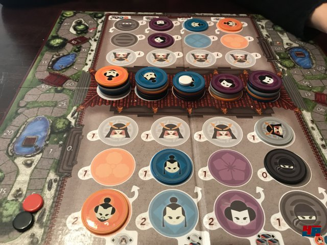 TA-KE ist für zwei Spieler ausgelegt und für knapp 25 Euro komplett auf Deutsch bei Huch erschienen.