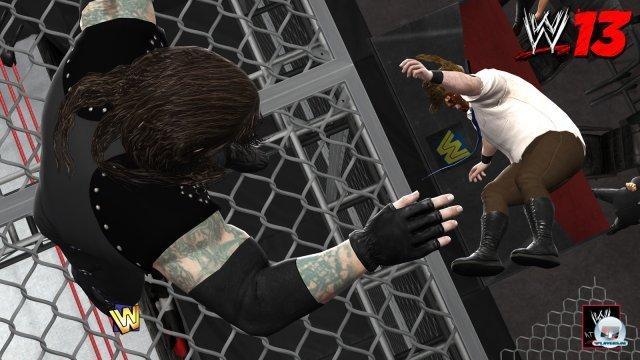 """Ein Wahnsinns-Moment vergangener Wrestling-Zeiten: Undertaker wirft Mankind vom Dach des """"Hell in a Cell""""-Käfigs durch einen Moderatorentisch."""
