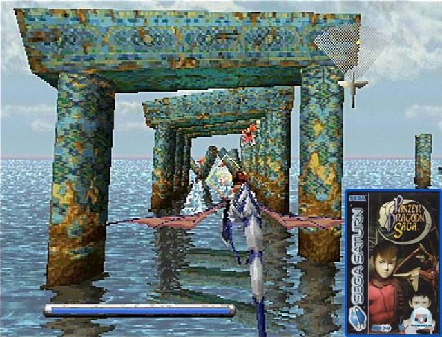 <b> Panzer Dragoon </b><br><br>Segas Panzer Dragoon-Serie ist ein echtes Genre-Schwergewicht: Auf dem Rücken eines Drachens fliegt man durch eine mystische Welt voller angriffslustiger Kreaturen. Im Bild zu sehen ist der 1995 erschienene erste Teil für Saturn, zuletzt war der Drache im Nachfolger mit dem Untertitel Orta auf der Original-Xbox unterwegs.  Für den Rollenspiel-Ableger Panzer Dragoon Saga (siehe Packshot) haben die Entwickler übrigens eine eigene Sprache erfunden. 2234723