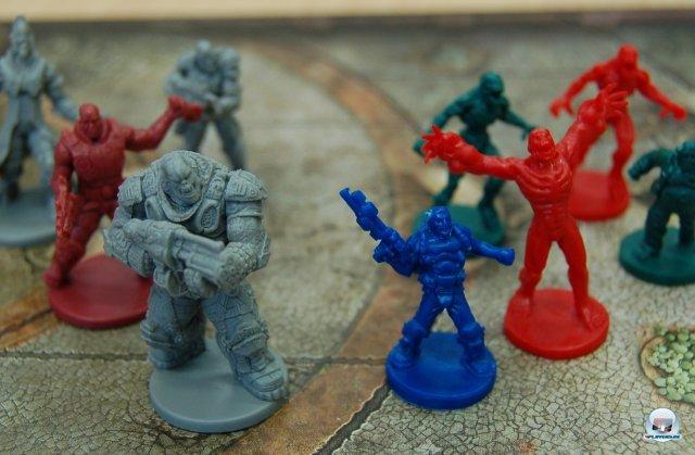 Links die detaillierten Figuren von Gears of War, rechts jene aus Doom.