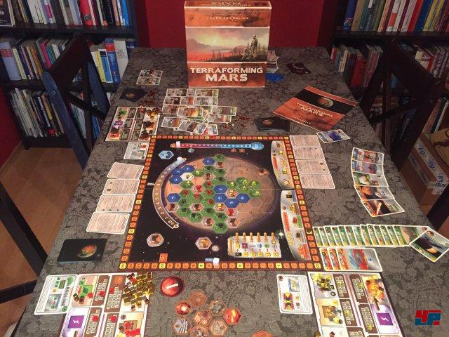 In der Box stecken neben dem Spielpan des Mars über 200 Karten, Marker und Plättchen sowie 17 Konzernkarten.