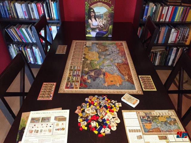 Die Box enthält eine angenehm stabile, toll illustrierte Weltkarte mit zwei Szenarien: Imperium für drei bis fünf, oder Italien für zwei bis vier Spieler.
