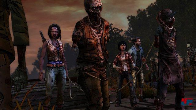 Michonne kennt die Tricks, wie man sich möglichst unauffällig durch eine Zombie-Herde bewegt.