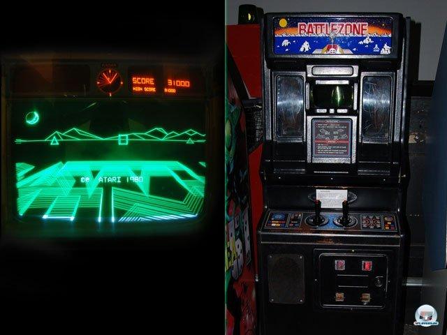 <b>Der Egoshooter-Urvater</b> <br><br> Die mit Abstand coolste Sau im Programm ist Ataris Battlezone: Durch ein kleines Periscope sieht man das Schlachtfeld. Der Kathodenstrahl des Vektor-Bildschirms zeichnet die grün glühenden Linien direkt auf die Mattscheibe - wie bei der Konsole Vectrex. Gesteuert wird wie in einem echten Kettenfahrzeug mit zwei Sticks und am Boden gibt's ein kleines Podest, damit auch kleinere Spieler das Guckloch erreichen... 2334712