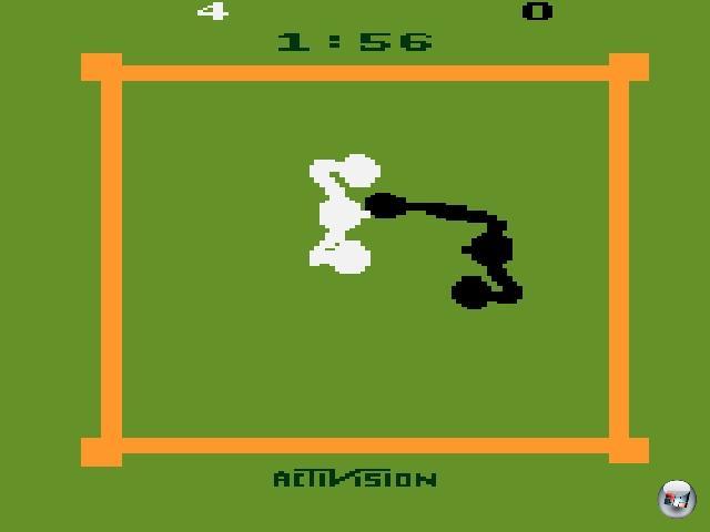 <b>Boxing</b><br><br>Alles beginnt, wie so oft, auf dem Atari 2600. 1980 entwickelte Bob Whitehead (einer der Gründer von Activision und später auch Accolade) das einfach »Boxing« betitelte Spiel, in dem sich ein oder zwei Spieler auf die Nase hauen konnten. Nein, wirklich - Ziel war es, die deutlich hervorstehende Nase des Widersachers zu erwischen, und zwar aus der Vogelperspektive. Weiß gegen Schwarz, der ewige ethnische Konflikt, wurde hier erstmals interaktiv mit Boxhandschuhen ausgetragen. Oder zumindest mit gigantischen Pixeln, die Boxhandschuhe darstellen sollten, denn das hektische Gezappel als Boxen zu bezeichnen, wäre etwas zu viel des Guten. Aber hey - es war 1980. Da war man glücklich über alles, was nicht Pong war! 2203869