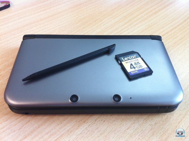 Der Stylus besteht jetzt wieder aus festem Plastik, statt einer 2GB- gibt's jetzt eine 4GB-SD-Karte. Nintendo will ja zuk�nftig seine Spiele auch online vertreiben.