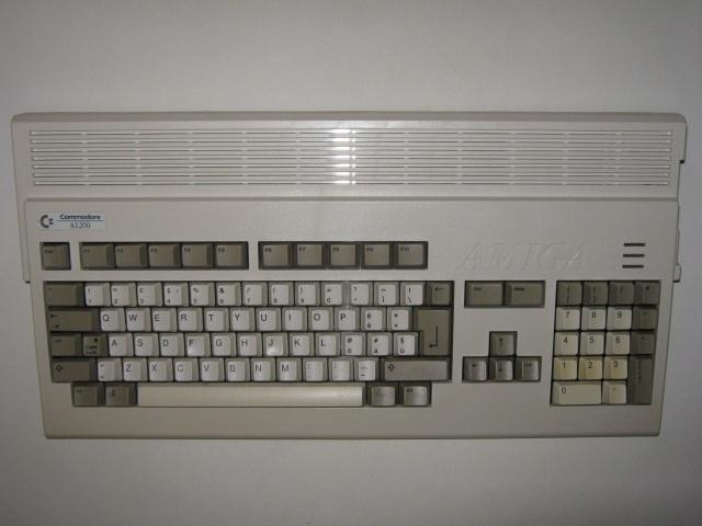 Ein F�nkchen Hoffnung <br><br>  Bessere Aussichten hatte zun�chst noch der Amiga 1200, als er 1992 auf den Markt kam: Mit seinem neuen Chipset zauberte das Ger�t ebenfalls 256 Farben bei Spielen auf den Bildschirm und stand damit der damaligen PC-Pracht in nichts nach. Der etwa doppelt so schnelle Hauptprozessor und ein Standard-Hauptspeicher von 2MB RAM sprachen ebenfalls daf�r, dass man es mit dem PC aufnehmen k�nnte. Am Anfang wurden parallel zu den Standard-Versionen sogar separate Editionen f�r den Amiga 1200 mit verbesserter Grafik auf den Markt gebracht. Doch der Zug war schon abgefahren: Vor allem in den USA, wo sich der Amiga aufgrund des schlechten Marketings nie wirklich durchsetzen konnte, setzte man vermehrt auf IBM-kompatible PCs, deren Entwicklung die M�glichkeiten des Amigas schon bald �berfl�geln sollte.   2133118