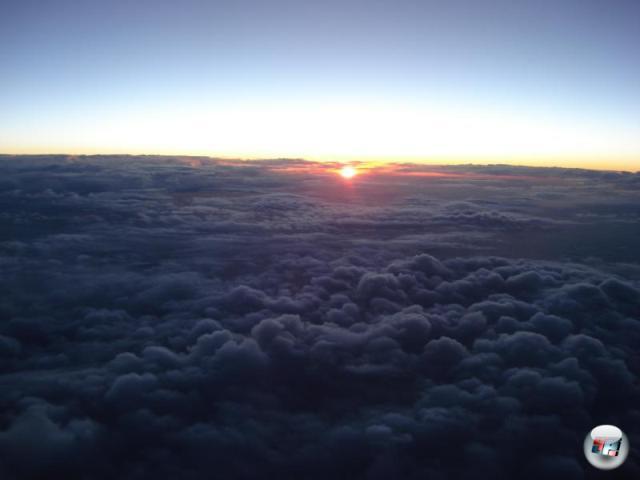 Der Flug zur japanischen Hauptstadt ist lang und verhältnismäßig beschwerlich. Doch all die hinterrücks aus den Büschen springenden Sonnenaufgänge... 2150823