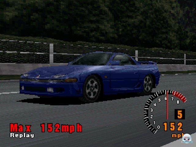 <b>Gran Turismo (1998, PlayStation) </b><br><br>...das Angebot an realen Automodellen und die umfangreichen Tuning-Optionen waren aber wegweisend: Autonarren konnten sich wochenlang in dem Spiel verlieren, 140 Fahrzeuge kaufen und nach Herzenslust an Feineinstellungen herumschrauben. Auch grafisch waren die Wagen ihren Vorbildern erstaunlich liebevoll nachempfunden. Eine weitere Besonderheit gab es beim Aufbau der üppigen Karriere: Zum Ergattern von Lizenzen mussten zunächst kleine Fahr-Tests absolviert werden. 92460753