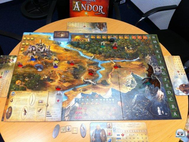 Sehr ansenhlich, sehr groß und beidseitig einsetzbar: Die wunderschön illustrierte Karte von Andor.