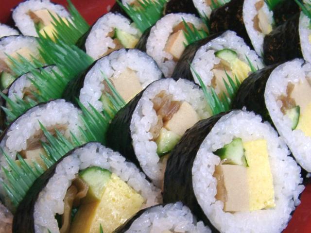 Es wird gespielt, es wird gelauscht - essen sollte man gelegentlich auch etwas! Und da sich diese Bilderserie um Importe dreht, können wir selbstverständlich weder Döner noch Schnitzel empfehlen. Asiatisch muss es sein - <b>Futomaki</b> müssen es sein! Die guten, fertigen aus dem japanischen Supermarkt. Natürlich gestaltet sich da der Import etwas schwieriger, schließlich handelt es sich dabei um eine Sushi-Sorte, die nicht allzu lange roh herumgereicht werden sollte. Aber der wahre Spiele-Gourmet nimmt jede Schwierigkeit auf sich! 2037063