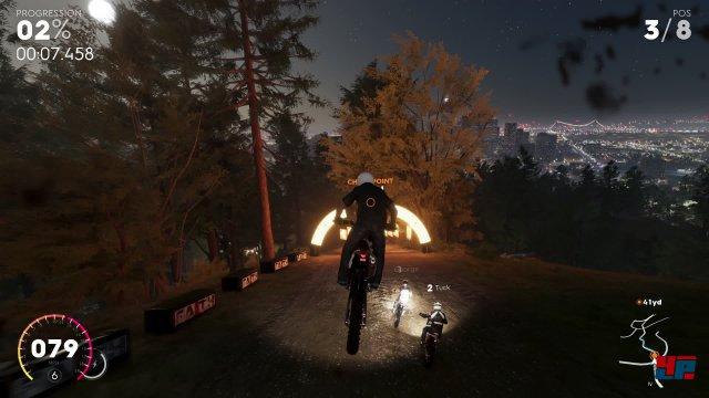 Man ist auch mit Motocross-Bikes unterwegs.