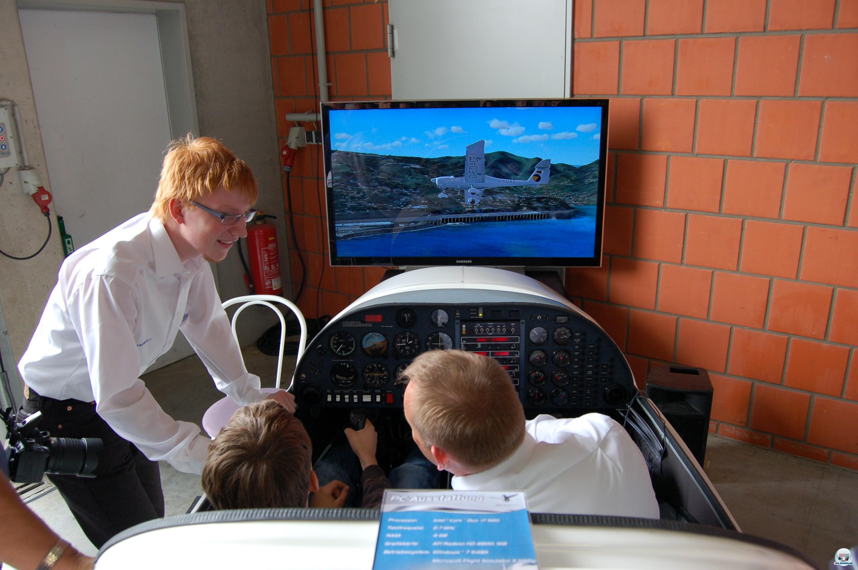 Bestenfalls aber in einem exakt nachgebildeten Cockpit mit funktionstüchtigen Armaturen!