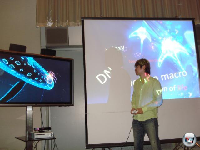 Tetsuya Mizuguchi bei einer Präsentation seines neuen Babys »Child of Eden«. Wir durften hinterher noch selbst Hand anlegen, das Resultat unserer Spielerfahrungen findet ihr bald in der ausführlöichen Vorschau. Vorab nur so viel: Je nachdem, ob man mit einem Controller oder Kinect loslegt, unterscheidet sich die Spielerfahrung drastisch... 2158048