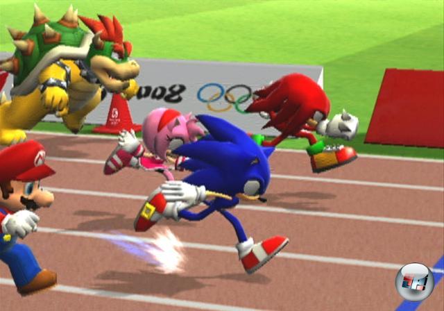 <b>Mario & Sonic bei den Olympischen Spielen (2007)</b><br><br>Sensation! Panik! Ungläubig in den Staub fallende Kinnladen! Mario & Sonic zusammen in einem Spiel? Die Erzfeinde schlechthin? Das gibt's doch nicht! Doch, das gibt's: Unter der offiziellen Flagge der Olympischen Spiele in Peking (wenn auch ein gutes halbes Jahr vor dem tatsächlichen Beginn) versammelten sich die üblichen Verdächtigen aus beiden Universen auf der Wii- und DS-Aschebahn, um sich im sportlichen Wettstreit zu messen. Und kurz darauf gleich nochmal in Super Smash Bros. Brawl. Mannmannmann, auf nix kann man sich hier noch verlassen! 1858973