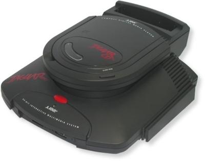 Mit dem Jaguar versuchte Atari nach jahrelanger Abstinenz wieder Fuß auf dem Videospielmarkt zu fassen - und scheiterte kläglich. Angepriesen als erste 64-Bit-Konsole kam das gute Stück bei uns 1994 zu einem unverschämt hohen Preis von etwa 800 DM auf den Markt. Abgesehen davon schreckte auch die mangelnde Softwareunterstützung viele potenzielle Käufer ab, obwohl technische Meisterwerke wie Alien Vs Predator keine andere Plattform zu bieten hatte. Ende 1995 versuchte man mit einem externen CD-Laufwerk gegen Konkurrenten wie das 3DO und vor allem Segas Saturn sowie Sonys PlayStation zu bestehen - doch die Zeit des Jaguars war schon längst abgelaufen, bevor sie überhaupt beginnen konnte. 1710565