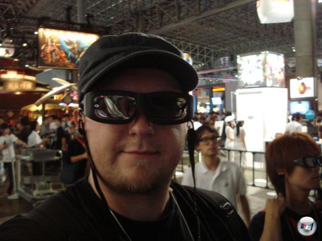 Ist ja schön und gut, dass Sony auf der TGS 3D-Brillen herumreicht, mit denen man sich eine stinklangweilige Move-Präsentation plastisch vor Augen führen kann. Aber warum muss das Design dieser Brillen eigentlich immer direkt aus den diabolischsten Schlünden der 80er stammen? 2156448