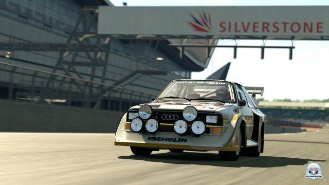 Rallye-Boliden wie der Audi Quattro finden sich ebenfalls im Fuhrpark und bekommen mit Sand- sowie Schotterpisten auch das passende Umfeld.