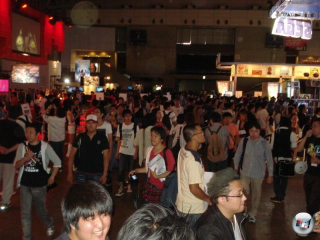 Der erste Publikumstag auf der Tokyo Game Show - und die Massen stürmen die Halle! Nachdem sie mehrere Stunden draußen in der Gluthitze angestanden haben, wohlgemerkt. 2158043