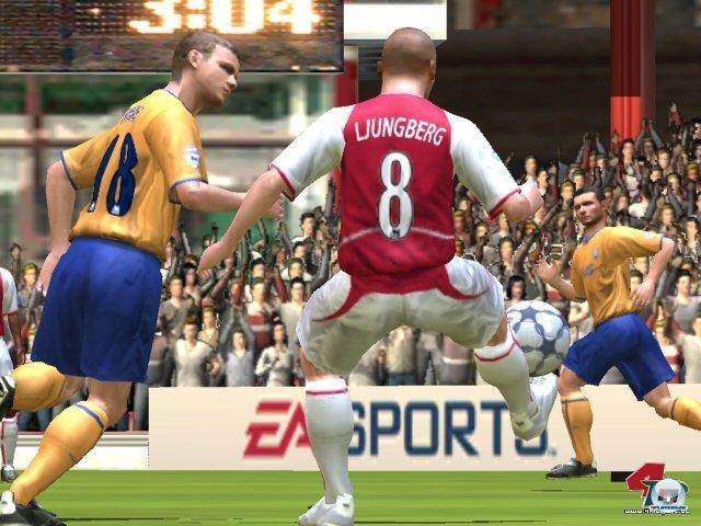 <b>EAs Extrawurst</b> <br><br> Electronic Arts stemmte sich zu Beginn gegen das geschlossene System: Titel wie das auf dem Bild zu sehene FIFA Football 2004 gingen zunächst nur auf der PS2 online. Im Jahr 2004 schlossen beide Unternehmen einen Deal, welcher es EA erlaubte, eigene Server für seine Spiele zu nutzen. 2328702