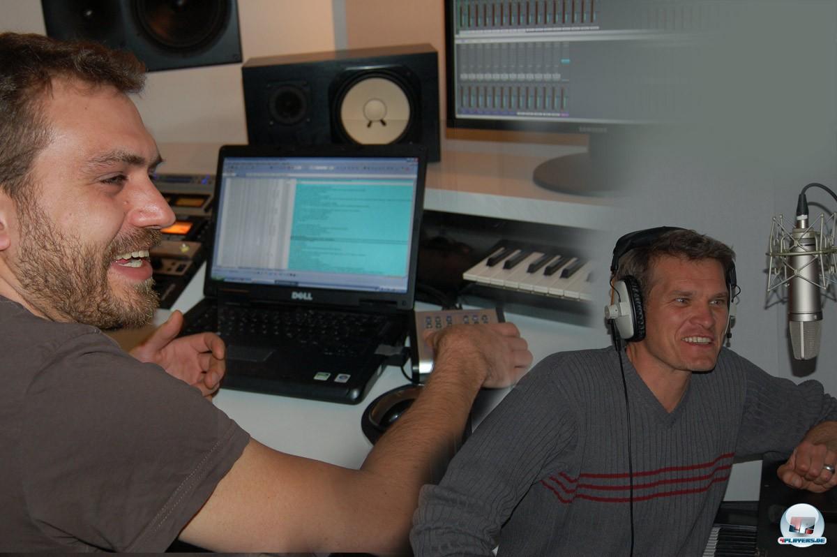 Dialog-Autor Jan Müller-Michaelis (links) kümmert sich auch bei den Sprachaufnahmen um die Regie. Schauspieler Götz Otto (rechts) spricht den Erzähler.