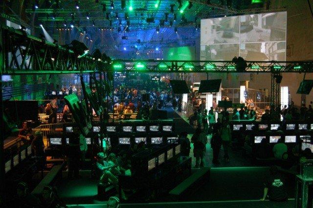 <b>Hallen-Koller</b>  <br><br>  Hier ging es zur Sache: In ein paar riesigen Hangars nahe des Flughafens LAX waren hunderte von Xbox 360-Konsolen im Einsatz. Microsoft trat auch als Sponsor des Turniers auf. 2261127