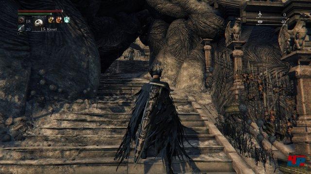 ...aber schon am Ende der Treppe wartet einer der feindseligen Jäger. Screenshot - Bloodborne (PlayStation4) 92516811